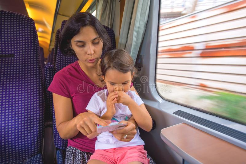 母亲和她的女儿享受火车旅行 免版税图库摄影