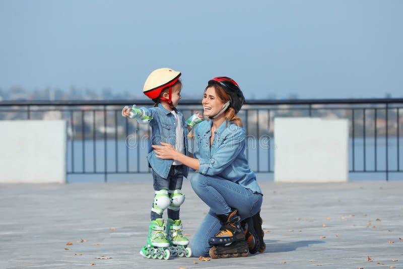 母亲和她的女儿佩带的溜冰鞋 库存图片