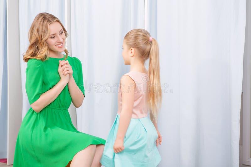 年轻母亲和她的女儿在时尚商店 库存照片