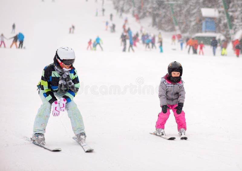 母亲和她的女儿滑雪 库存照片