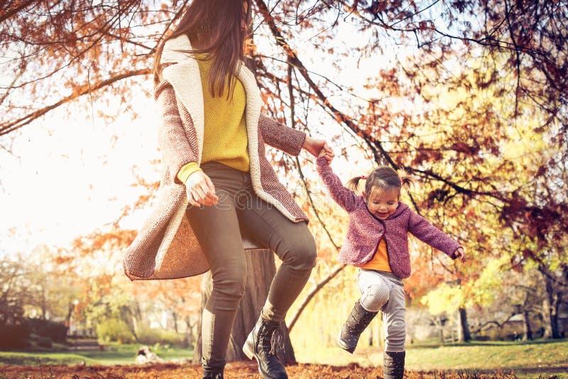 母亲和她的女儿走的低谷公园 库存照片