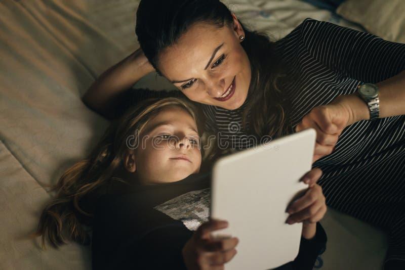 母亲和她的孩子有数字式片剂的 库存图片