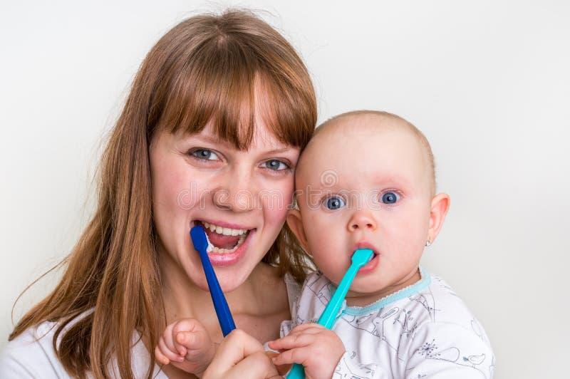 母亲和她的婴孩掠过的牙一起 免版税库存图片