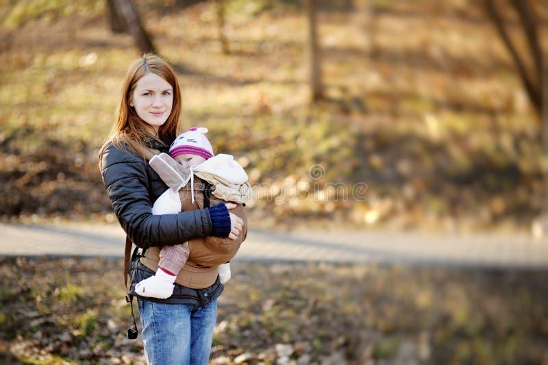年轻母亲和她的婴孩载体的 免版税图库摄影