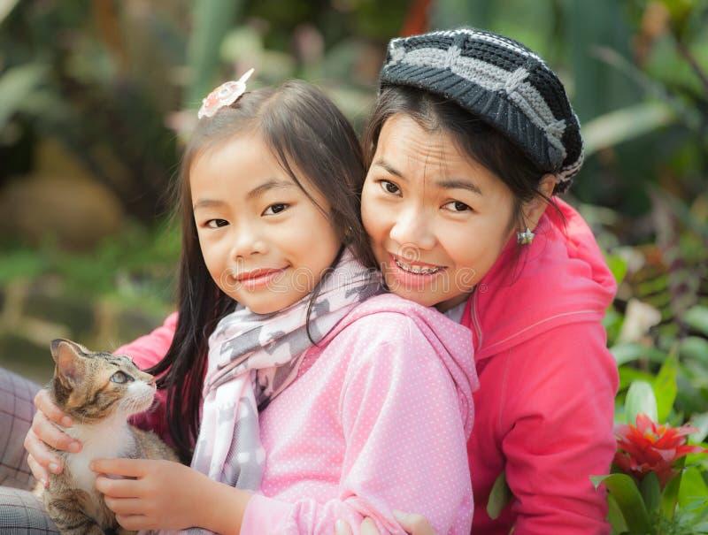 年轻母亲和她逗人喜爱的女孩 免版税库存照片