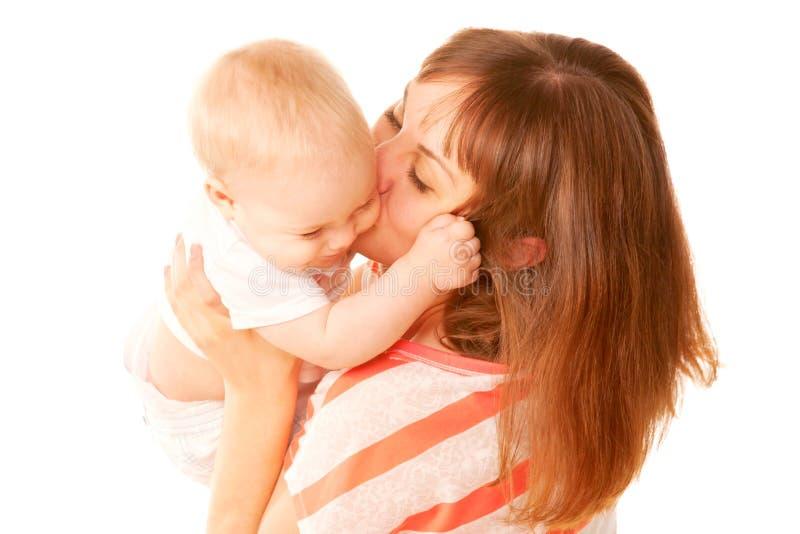 母亲和婴孩亲吻。 免版税库存照片