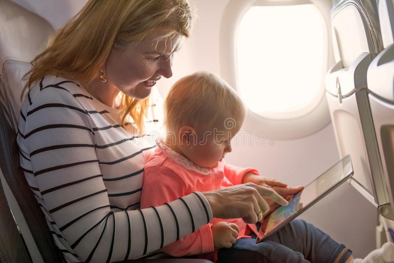 母亲和婴孩在飞机上 免版税库存照片