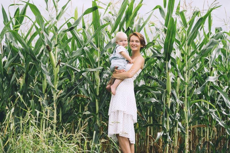 母亲和婴孩户外 在自然的家庭 免版税库存照片