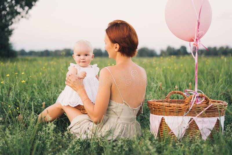 母亲和婴孩户外 在自然的家庭 免版税图库摄影