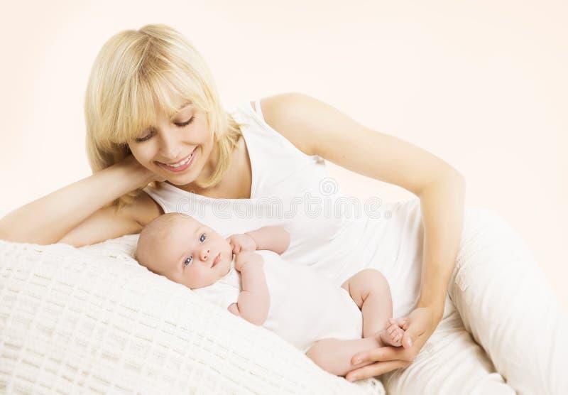 母亲和婴孩,愉快的妈妈拥抱的新出生的孩子 免版税图库摄影
