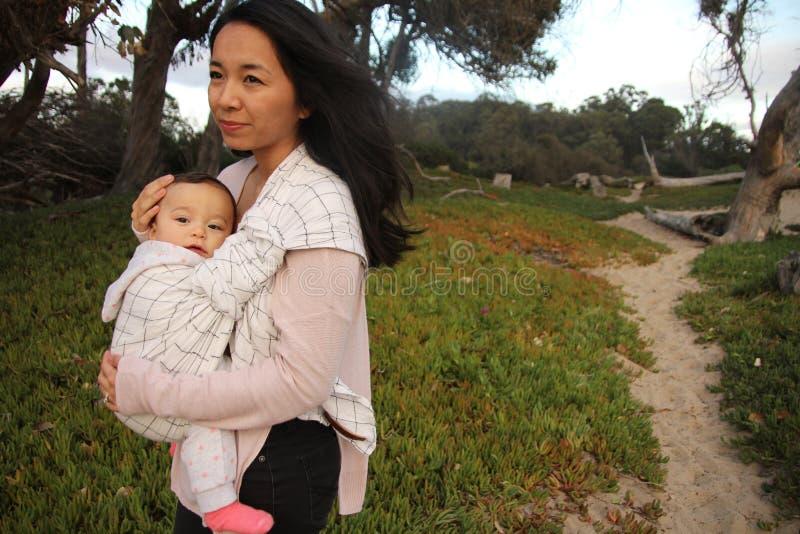 母亲和孩子一条含沙道路的 免版税库存图片