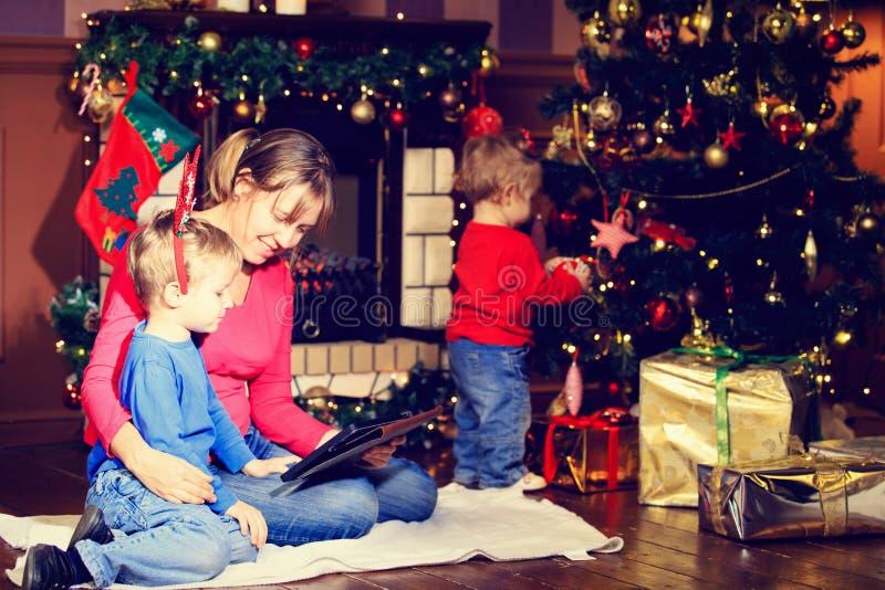 母亲和孩子为圣诞节做准备 库存图片