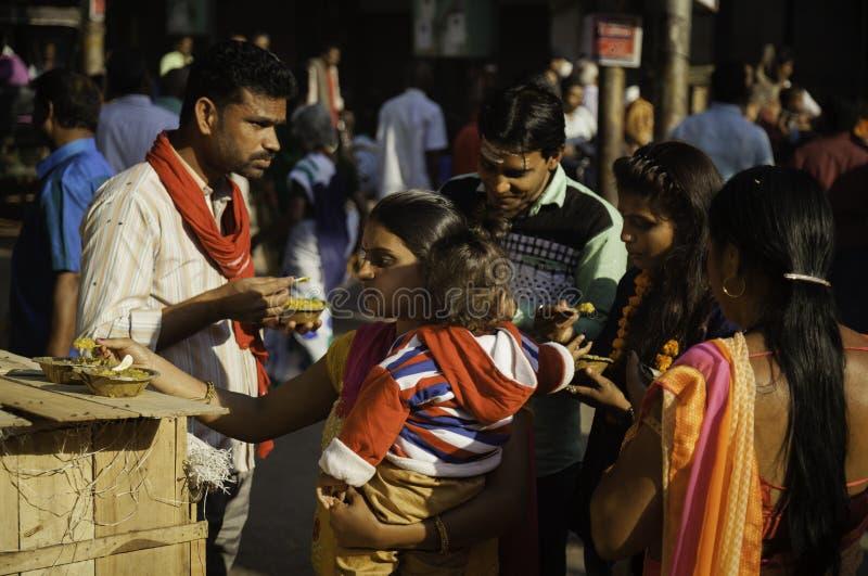 母亲和孩子吃得外面 免版税库存图片