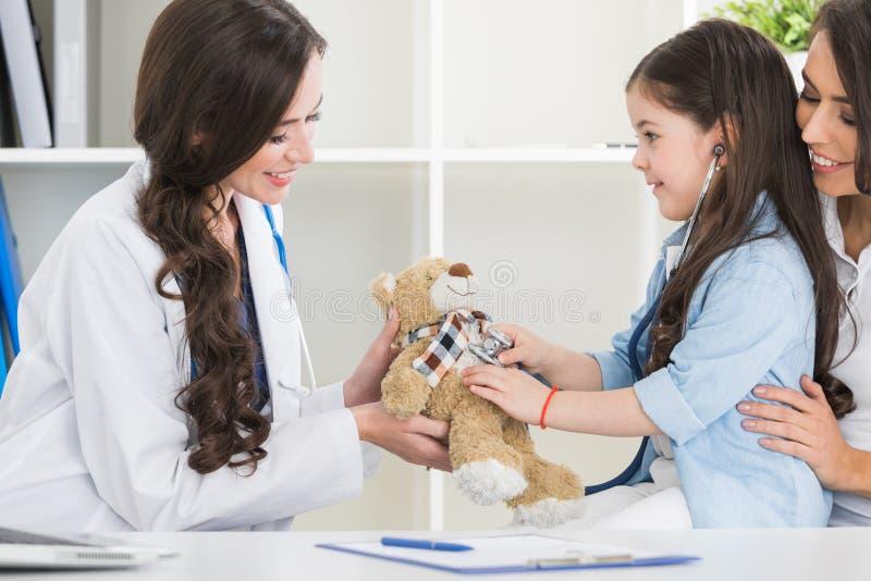 母亲和孩子在儿科医生办公室 免版税库存图片