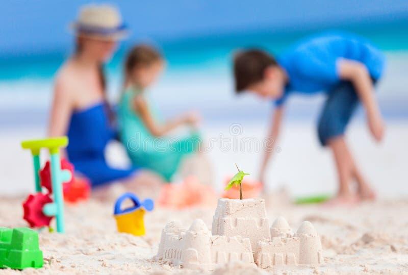 母亲和孩子在海滩 免版税库存照片