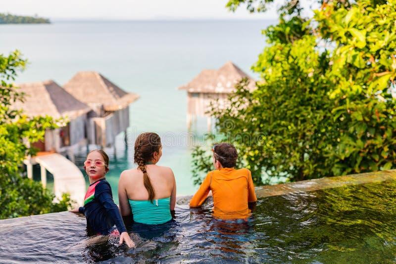 母亲和孩子在游泳池 图库摄影