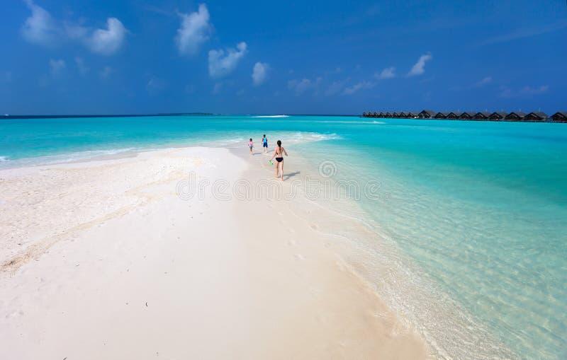 母亲和孩子在热带海滩 免版税库存照片