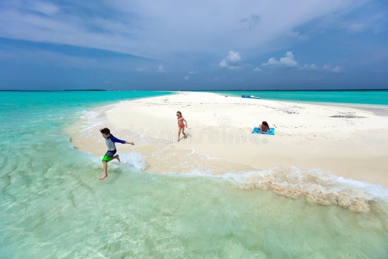 母亲和孩子在热带海滩 图库摄影