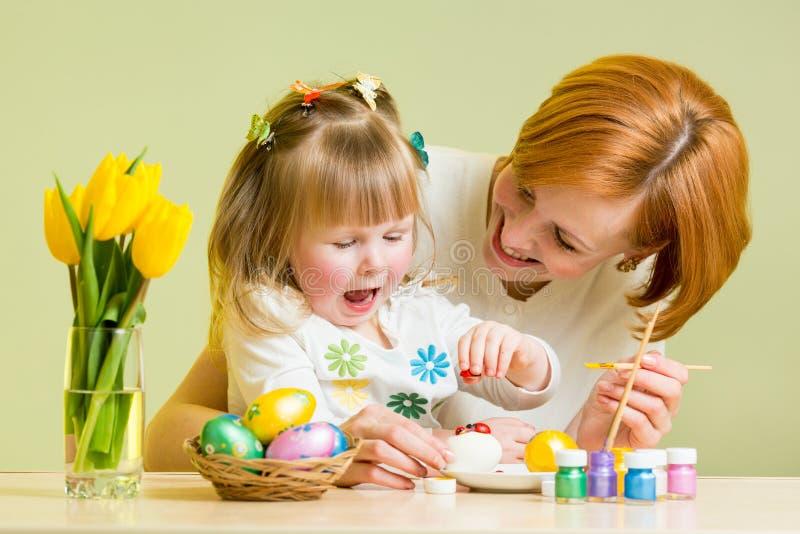 母亲和孩子女孩播放并且准备对复活节 库存图片