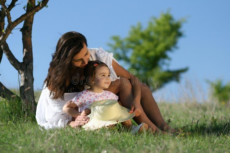 母亲和孩子本质上 免版税库存照片
