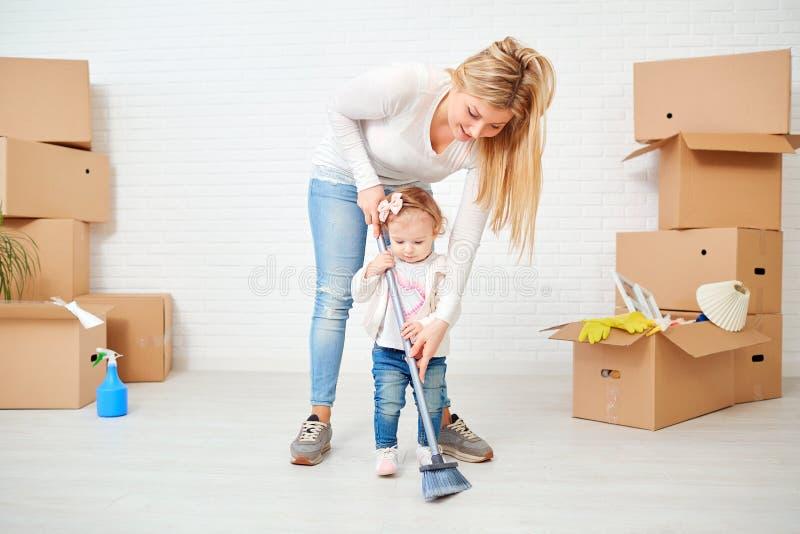 母亲和孩子清洗房子 图库摄影