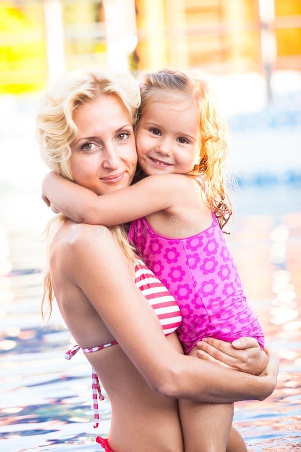 母亲和孩子游泳池的 免版税库存照片