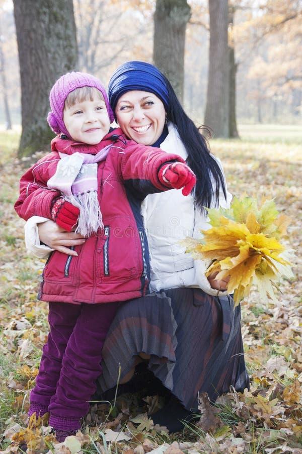 母亲和孩子秋天的 库存图片