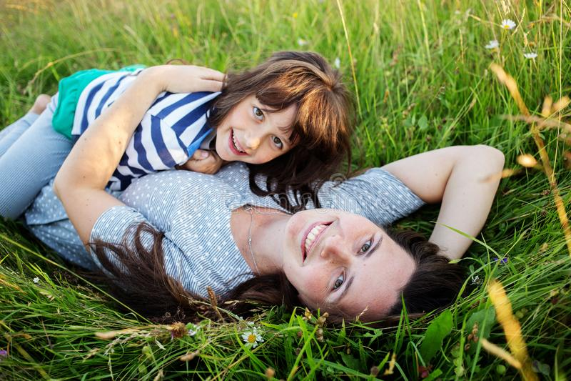 母亲和孩子获得乐趣在山 库存图片