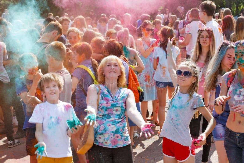 母亲和孩子获得乐趣在油漆节日  库存图片