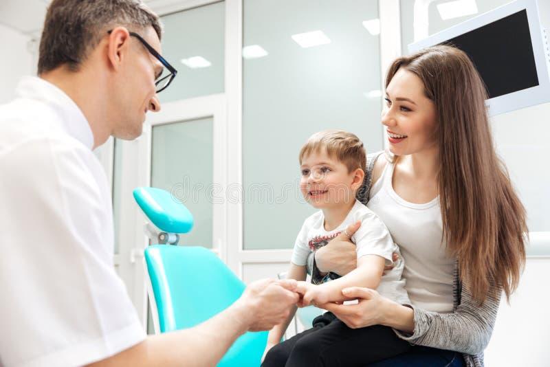 母亲和小儿子参观的牙医 免版税库存图片