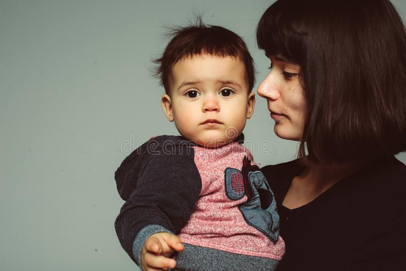 母亲和小儿子画象  免版税库存图片