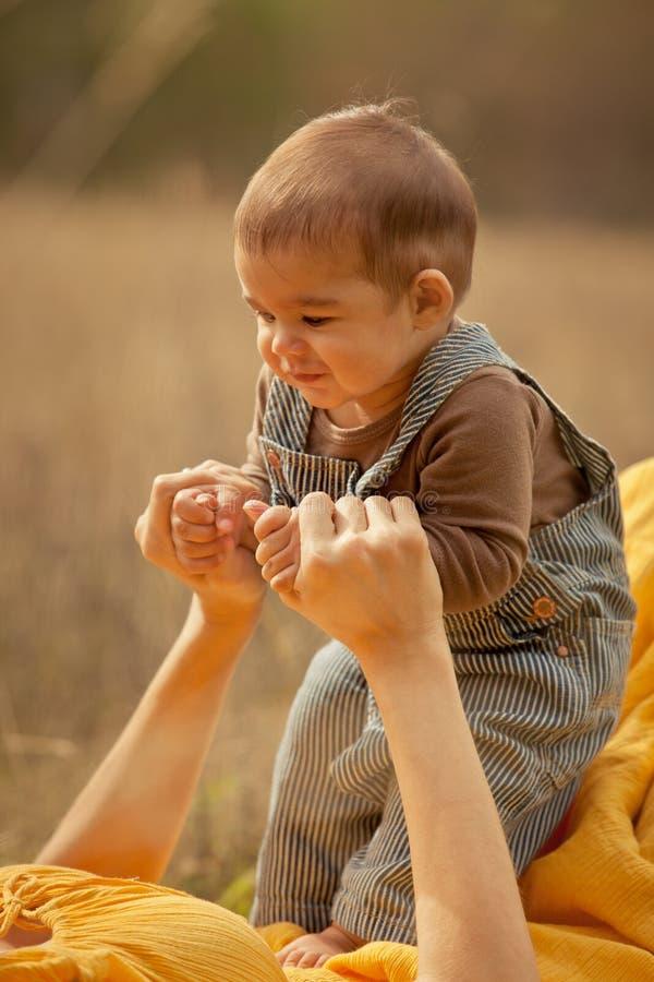 母亲和小儿子第一步 免版税库存图片