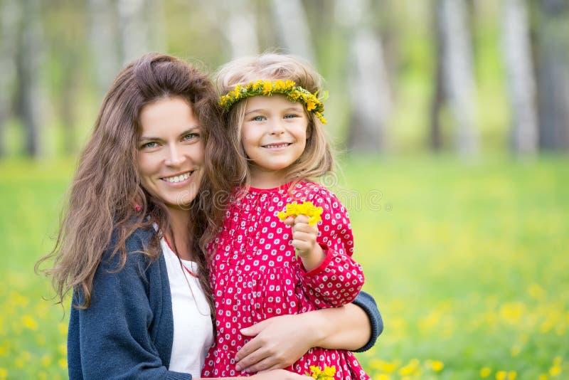 母亲和小女儿在春天公园 库存图片