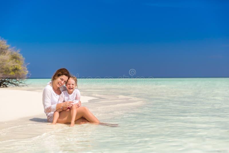 母亲和小女儿海滩的 库存照片