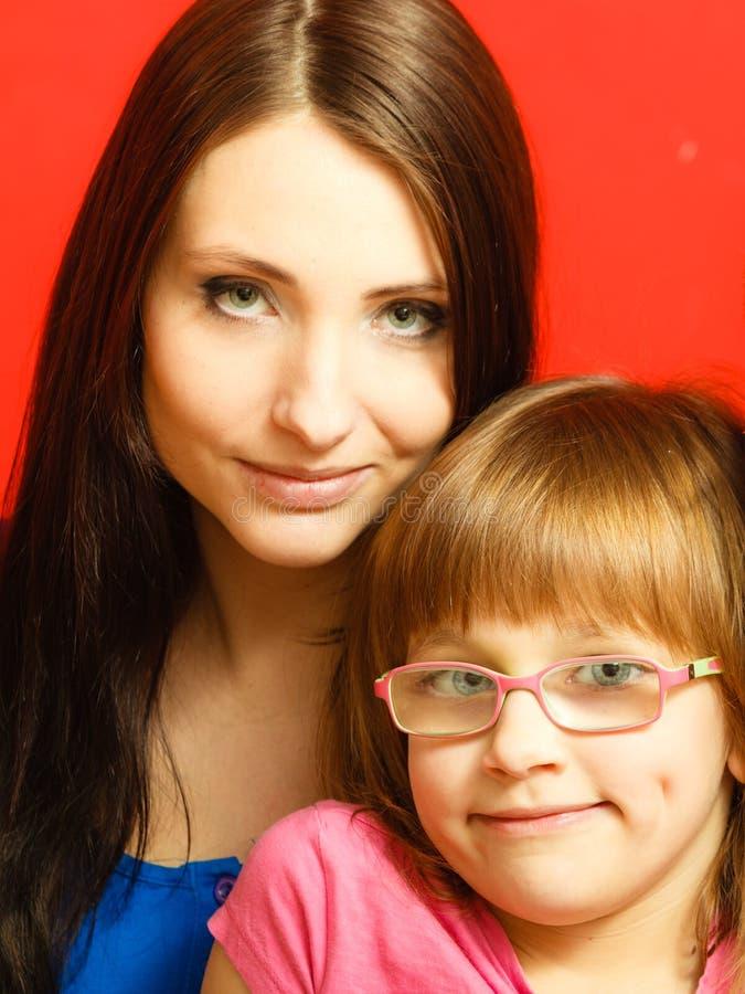 母亲和小孩女儿全家福  免版税库存照片