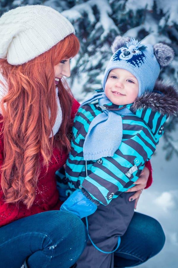年轻母亲和小小孩男孩画象  库存图片