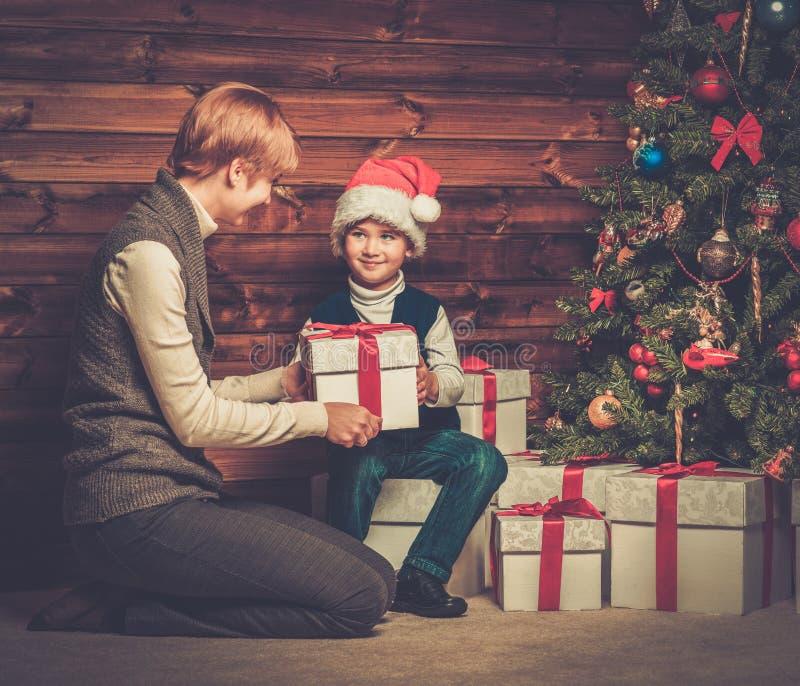 母亲和小男孩有礼物盒的 免版税库存图片