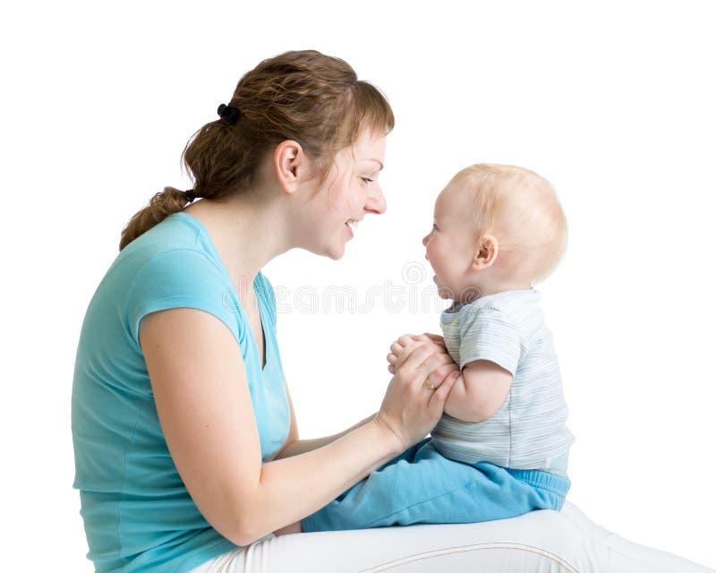 母亲和小的儿子画象使用笑和 免版税库存照片