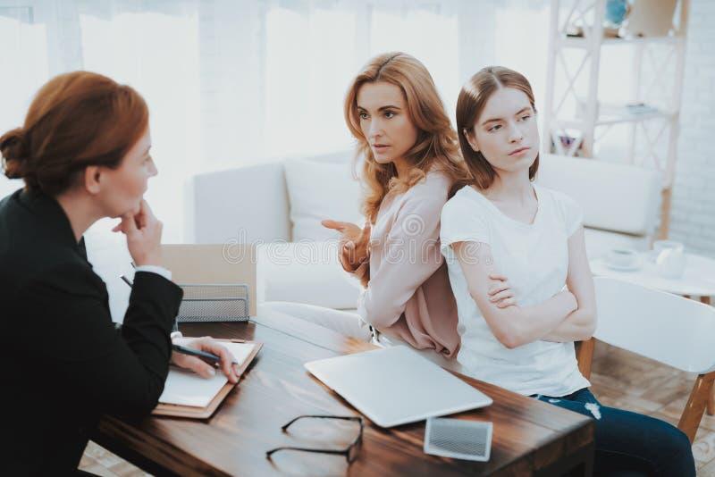 母亲和年轻女儿在心理学家办公室 免版税库存照片