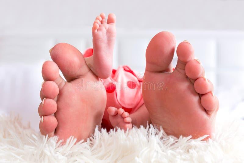 母亲和新出生的婴孩脚 免版税库存图片