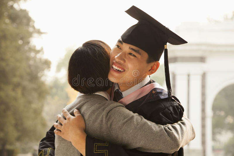 母亲和毕业生拥抱 库存图片
