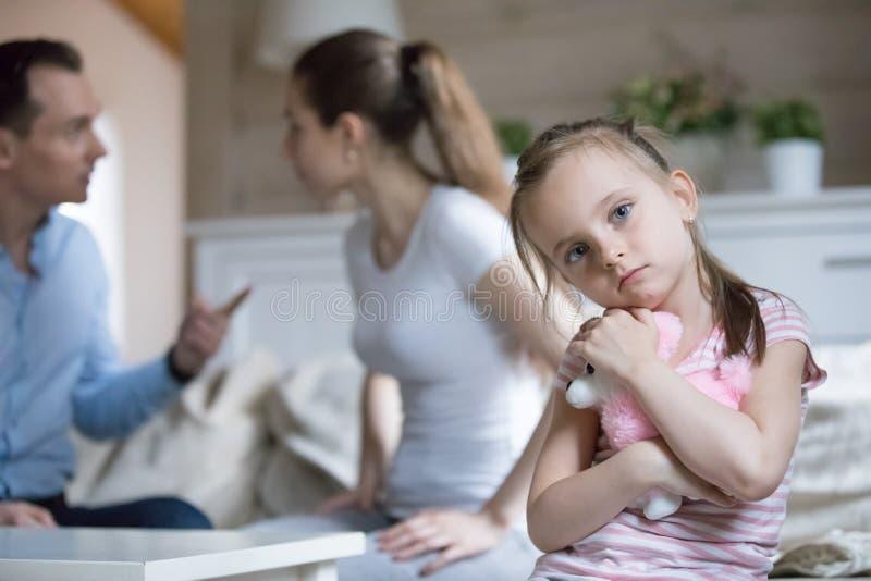 母亲和父亲争吵的小女儿遭受 图库摄影