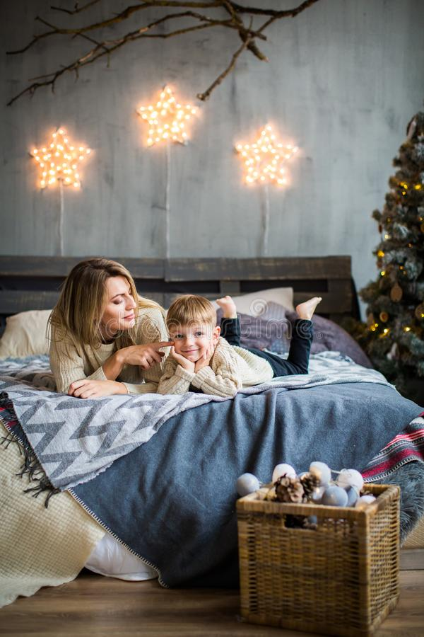 母亲和男婴新年背景的 库存照片