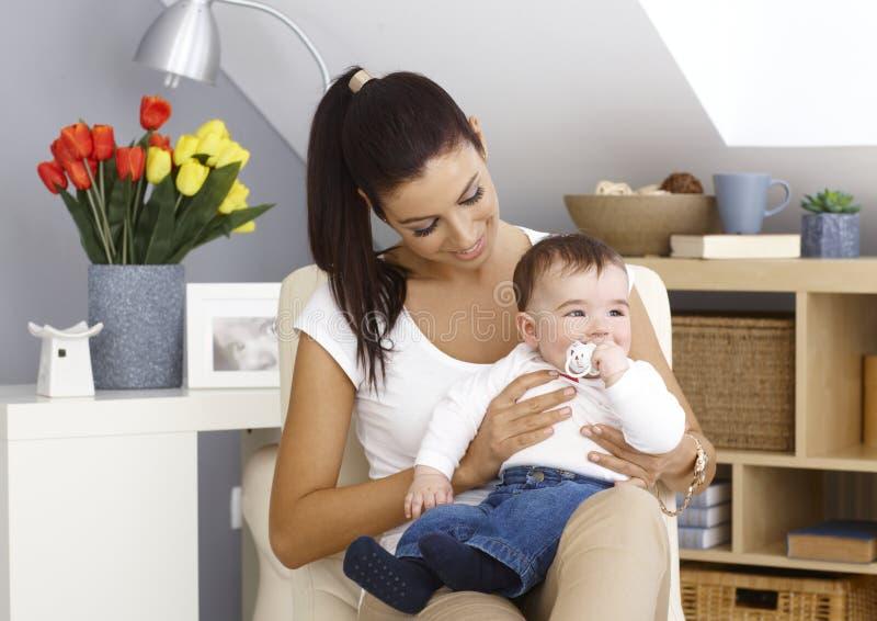 年轻母亲和男婴 库存照片