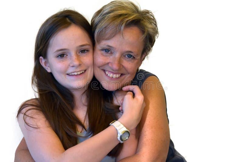 母亲和逗人喜爱的十几岁的女儿 免版税库存照片
