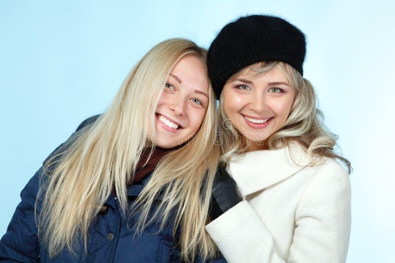 母亲和青少年的女儿冬天画象 免版税库存照片