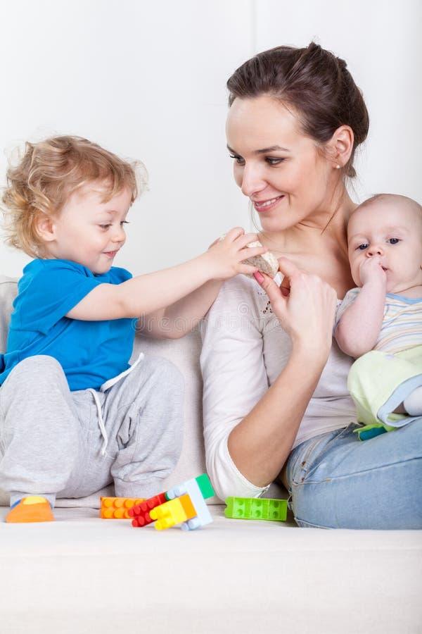 母亲和婴孩在业余时间 库存图片