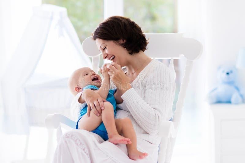 母亲和婴孩在卧室 免版税库存照片