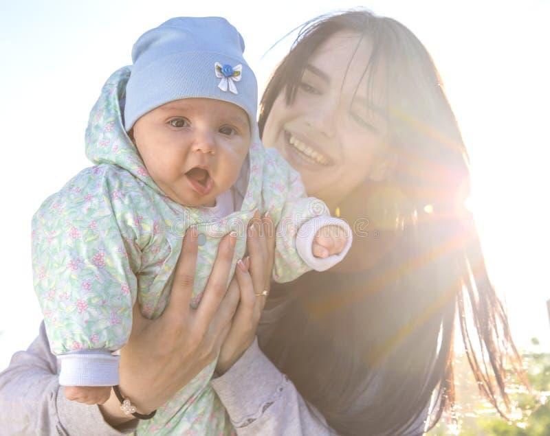 母亲和婴孩有背后照明的 免版税图库摄影