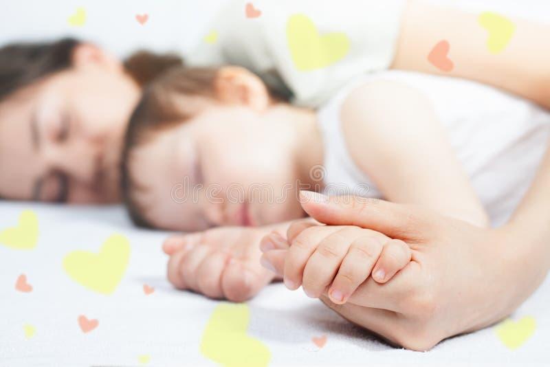 母亲和婴孩的特写镜头手 图库摄影